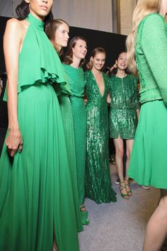 Haute Couture - Backstage at Elie Saab Spring 2012 Green Fashion, Look Fashion, Fashion Beauty, Style Vert, Elie Saab Printemps, Robes Glamour, Emerald Dresses, Elie Saab Spring, Looks Street Style
