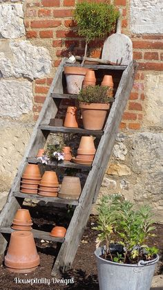 What a great idea for housing all the pots! Be good against the side of the shed down to the flower bed ~ maybe add a trailing plant in one of the pots :) Garden Yard Ideas, Garden Spaces, Garden Projects, Garden Pots, Garden Benches, Potting Station, Pot Storage, Potting Tables, Potting Sheds