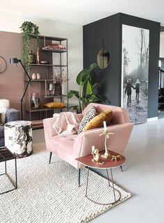 De lichtroze stoel staat prachtig bij de planten | Baby pink chair and green plants #plant #roze #zwart | Eigen Huis en Tuin