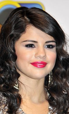 Selena Gomez rocks cute curls