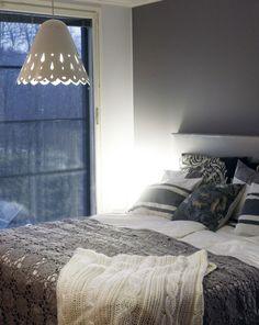 Hennosti kuvioitu riippuvalaisin tuo makuuhuoneeseen mummolan rauhoittavaa ja lämpimää tunnelmaa. Klikkaa kuvaa, niin näet tarkemmat tiedot!