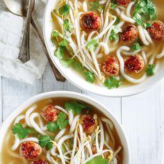 Hearty Soup with Quinoa and Pork Meatballs - Casey Sa. Veggie Recipes, Asian Recipes, Soup Recipes, Healthy Recipes, Ethnic Recipes, Ricardo Recipe, Asian Vegetables, Pork Meatballs, Veggie Food