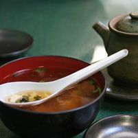 Miso soup is a daily staple in Japan. Many consider it a breakfast food. Rich in antioxidants and warming without being filling, it's a light version of comfort food. Healthy Soup, Healthy Recipes, Healthy Eating, Soup Recipes, Cooking Recipes, Detox Recipes, Asian Soup, True Food, Miso Soup