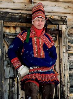 Nils-Aslak Valkeapää vuonna 1992 Enontekiöllä. Sons Of Norway, Folk Clothing, Lappland, Photography Words, Image Archive, Geography, Finland, Russia, Blue And White