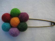 Broches en lana, $40 en https://ofeliafeliz.com.ar