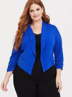 Shop women's plus size blazers, work jackets, and blazer & pant sets at Torrid. Find a great selection of chic & stylish plus size blazers and workwear. How To Wear Blazers, Blazers For Women, Jackets For Women, Ladies Blazers, Sleevless Blazer, Peplum Blazer, Blazer Outfits Casual, Business Casual Outfits, Dress Outfits