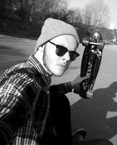 Instagram #skateboarding photo by @jonathan_phl - Die Saison ist eröffnet. @skatedeluxe_skateshop @titus @support_store #skateboarding #cruiser #pennyboard #sun #summer #spring #clubmaster #beanie #flanell #janoski #beight #blackandwhite #firsttimeoftheyear #skater #skate. Support your local skate shop: SkateboardCity.co