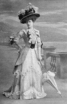 1907 Seaside ensemble by Beer Purple coat trimmed with black and blue ribbon, champagne skirt trimmed with ribbon Les Modes 1900s Fashion, Edwardian Fashion, Retro Fashion, Vintage Fashion, Vintage Beauty, Gothic Fashion, Historical Costume, Historical Clothing, Belle Epoque