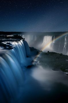 Essa fotografia, Noturno Foz do Iguaçu Arco-Iris, feita por Betina Samaia, pode ser vista na galeria Arte 57 durante a SP-Arte/Foto. Clique na foto para ver mais!