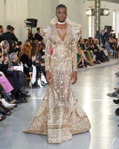 The complete Elie Saab Spring 2020 Couture fashion show now on Vogue Runway. Style Haute Couture, Spring Couture, Couture Fashion, Paris Couture, Elie Saab Bridal, Elie Saab Spring, Elie Saab Couture, Collection Couture, Fashion Show Collection