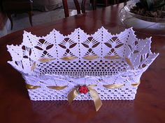 A piece woven crochet. No pattern just inspiration Shucks and golly ~!~ So pretty. must make a pattern. Crochet Bowl, Thread Crochet, Filet Crochet, Crochet Motif, Crochet Designs, Crochet Doilies, Crochet Flowers, Crochet Yarn, Crochet Applique Patterns Free
