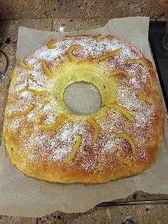 La meilleure recette de Brioche des rois! L'essayer, c'est l'adopter! 5.0/5 (3 votes), 10 Commentaires. Ingrédients: 300 gr de farine 1 cube de levure 1 verre de lait 100 gr de sucre 3 œufs 60 gr de beurre 1 sachet de sucre vanillé Fleur d'oranger Macédoine de fruits confits 1 fève  Pour la dorure : 1 jaune d'œuf Un peu de lait Un peu de sucre en poudre  Pour la décoration : Sucre glace Écorces d'oranges