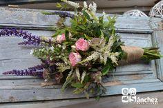 Atado silvestre de salvia, escabiosa, verónica blanca y azul, astilbe, astrantia, rosa mini y eucalipto