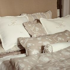 Linen luxury pillow case with Bonne Nuit embroidery by emeisonCOM