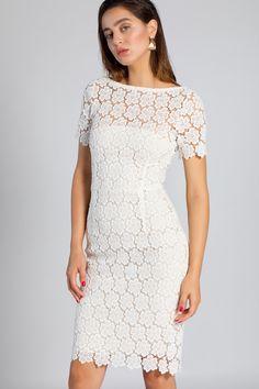 9ccf4f0dac93c La  robe cintrée en dentelle blanche est chic et raffinée.  dress  white