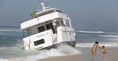 Iate encalha na Praia da Reserva, no Rio, e tripulante fica ferido