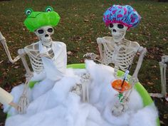 A fun decorative halloween decoration Halloween Outside, Halloween Camping, Halloween Porch, Outdoor Halloween, Halloween 2020, Halloween Projects, Holidays Halloween, Scary Halloween, Halloween Skeleton Decorations