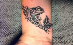 Amazing Wrist Tattoo Designs & Ideas Collection For Men & Women. We Have All Types Of Wrist Tattoos Design For You. Take A Look On These Cool Wrist Tattoos Hand Tattoos, Cool Wrist Tattoos, Cute Small Tattoos, Forearm Tattoos, Body Art Tattoos, I Tattoo, Tatoos, Animal Tattoos For Men, Tattoos For Guys