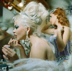 to Apply Stage Makeup Las Vegas Showgirls at the Tropicana.Las Vegas Showgirls at the Tropicana. Vintage Glamour, Vintage Beauty, Vintage Updo, Vintage Pins, Long Beach Los Angeles, Style Rose, Las Vegas, Fotografia Social, Vegas Showgirl