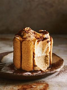Donna Hay - Silky espresso coffee, delicate folds of cream cheese and an enticing dusting of chocolate, this Tiramisu cheesecake will be your go-to for entertaining, sure to impress even the toughest of guests. Slow Cooker Desserts, No Bake Desserts, Just Desserts, Delicious Desserts, Yummy Food, Dinner Party Desserts, Amazing Dessert Recipes, Dinner Recipes, Tiramisu Cheesecake