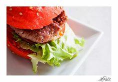 Mini burguer con pan de tomate,  rellena de carne de ternera sutilmente especiada y cebolla caramelizada