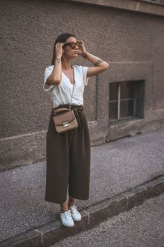 Culotte, Wickelbluse und Korbtasche Culotte, wrap blouse and wicker bag culotte, culottes, wrap blou Mode Outfits, Fashion Outfits, Swag Fashion, Teen Outfits, Lolita Fashion, Fashion Pants, Fashion Ideas, Fashion Shoes, Fashion Jewelry