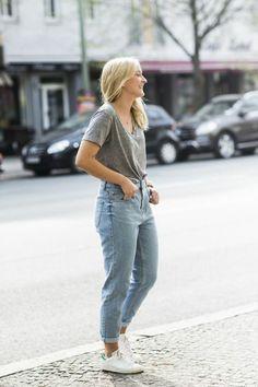 denim bleu clair et t shirt gris femme blonde avec chaussures sportifs femme