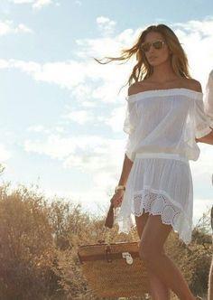Vestido de praia curto com aplicações em renda