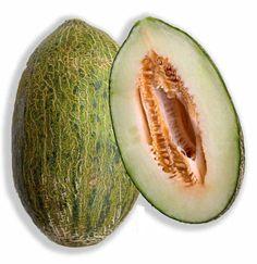 O melão é uma fruta muito suculenta de sabor levemente adocicado e rica em água. O melão é uma fruta pouco calórica, 100 gramas contém apenas 30 calorias. É rico em vitaminas A, C e do complexo B. É também uma excelente fonte de sais minerais como, por exemplo, ferro, cálcio e fósforo, potássio.  Devido ao seu elevado teor de água e em combinação com o potássio (mineral que ajuda a controlar a pressão arterial), o melão é útil na manutenção dos níveis de pressão sanguínea saudáve