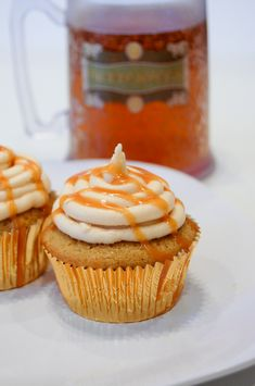 butterbeer cupcakes--these turned out great! lots of leftover ganache but tasty and easy to do! paired with creme soda-i mean butterbeer=treat for HP club! Cupcake Recipes, Baking Recipes, Cupcake Cakes, Dessert Recipes, Beer Cupcakes, Cupcakes Kids, Cupcake Ideas, Mini Cakes, Dessert Ideas