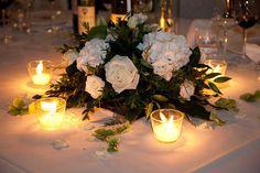 centrotavola con rose bianche e candele