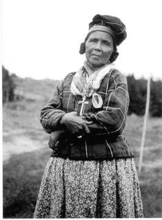 Les Innus ou Montagnais-Naskapis sont un peuple autochtone originaire de l'est de la péninsule du Labrador, plus précisément des régions québécoises de la Côte-Nord et du Saguenay-Lac-Saint-Jean ainsi que de la région du Labrador (Terre-Neuve-et-Labrador). Le terme « Innu » provient de leur langue, l'innu-aimun, et signifie « être humain ». Ce nom fut officiellement adopté en 1990 remplaçant le terme « Montagnais » ,leur territoire ancestral est Nitassinan. Elle ressemble à ma grand-mère