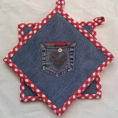 Denim & guinga roja maceta titulares / / Denim corazón Hotpads Vintage botones / / conjunto de dos, azul caliente cojines, agarraderas rojo, bolsillo mezclilla almohadillas por GrannysRecycledRags