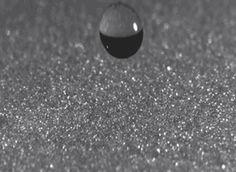 빗방울이 모래 위에 떨어지면 어떤 일이 벌어질까?(동영상)