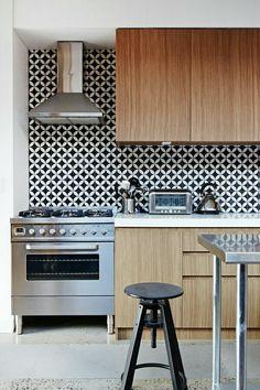 frische küchenspiegel ideen stilvoll gemusterte Fliesen in Schwarz und Weiß