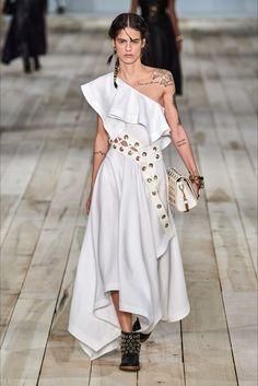 Alexander McQueen Spring 2020 Ready-to-Wear Fashion Show - Vogue 2020 Fashion Trends, Fashion Week, Fashion 2020, 90s Fashion, Runway Fashion, High Fashion, Fashion Outfits, Fashion Tips, Fashion Design