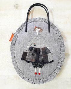 사진 설명이 없습니다. Japanese Patchwork, Patchwork Bags, Quilted Bag, Embroidery Fabric, Floral Embroidery, Sewing Dolls, Fabric Bags, Cute Bags, Hand Quilting