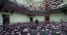 20160518 - Mulher passeia entre uma instalação de flores no Dia Internacional dos Museus, no museu de Belas Artes de Santiago, no Chile. O dia do museu foi criado em 1977 pela UNESCO (Organização das Nações Unidas para educação, ciência e cultura) Imagem: Jorge Villegas / Xinhua