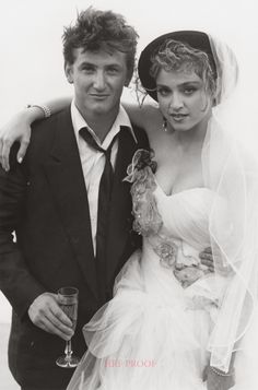 Madonna y Sean Penn se casaron en el matrimonio duró cuatro años. Celebrity Wedding Photos, Celebrity Couples, Celebrity Weddings, Dona Summer, Madona, Photo Vintage, Famous Couples, Celebs, Celebrities