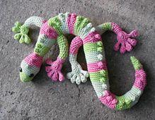 Der Gecko wird spiralförmig in Runden gehäkelt. Die geschwungene Form des Körpers ergibt sich durch verkürzt gehäkelte Reihen.