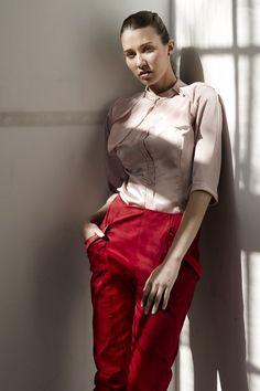 Caelum + Crux #blouse #blusa #mangafrancesa #threequartersleeve #rosa #pink #pastel #soft #saten #satin #pantalon #trouser #bolsillos #pockets #rojo #red #stretch #fashion #moda #design #diseño #woman #mujer #andra_cora #spring #summer