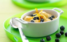 Iskold abrikoscreme med blåbær Lille, let og frisk skyr dessert med et strejf af appelsin og koriander.