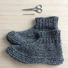 Adults knitted slippers - free pattern - Tutorial - These are the perfect slippers to cosy up with a good book or watching a movie. Crochet Cushion Pattern, Knit Slippers Free Pattern, Knitted Slippers, Knitted Gloves, Free Knitting, Knitting Socks, Knitting Patterns Free, Crochet Hooded Scarf, Fingerless Mittens