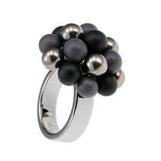 Fingerring aus kleinen Keramikkugel und der Ring ist aus Edelstahl
