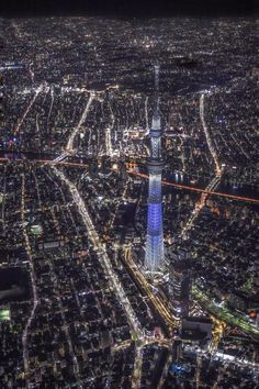 yamayoezokkuma:   【空撮夜景】 夜の東京。高度約1kmの上空から見下ろすスカイツリーはあまりにも小さく、周りの街明かりはまるで宝石を散りばめた様な風景がそこに広がっていました。※縦写真なので、写真をポチッとして全画面で見て頂けると嬉しいです(^^) http://pic.twitter.com/Ww1c9RBAbm— Takahiro Toh (@TakahiroToh) November 11, 2015: