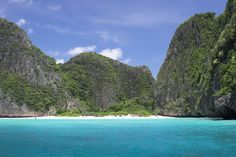 Maya bay on Phi Phi island, close to Phuket  (40k m) - photo Steve Johnson (Flickr)