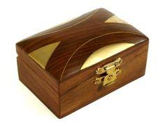 Drewniana szkatułka z Indii Wooden casket from India http://www.etnobazar.pl/search/ca:przechowywanie-1?limit=128