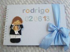 Álbum Primera Comunión Rodrigo en naranja y azul. Vestido de marinerito con casaca azul marina.