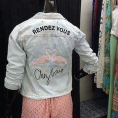 Em dias de chuva, nada melhor do que uma bela jaqueta jeans para te aquecer na medida certa. O modelo com bordado nas costas fica incrível no corpo. Aposte e arrase! ❤️ Onde encontrar: Selma Viveiros (Av. João César de Oliveira, 2600 - Loja 216 - Eldorado) #feirashop #lindadefeirashop #moda #modabh #modamineira #modaparameninas #lookdodia #look #trend #tendência #style #estilo #fashion #jaqueta