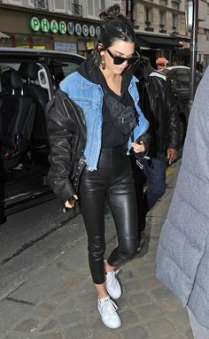 Fashion Week Stars in London, Paris and Milan - Kendall Jenner in a leather and denim jacket, leather leggings and sneakers Kendall Jenner Outfits Casual, Kendall Jenner Dress, Casual Dress Outfits, Summer Dress Outfits, Fashion Outfits, Star Fashion, Fashion Models, Models Style, Le Style Du Jenner